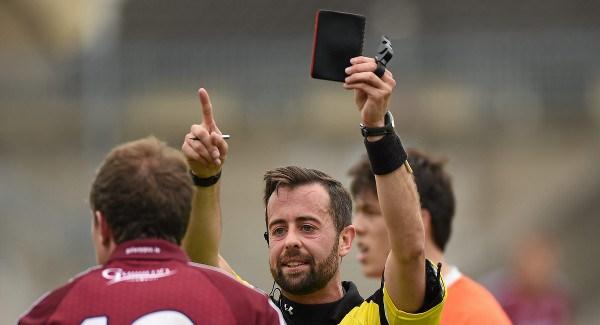 L'arbitre donne un carton noir au joueur (expulsion)